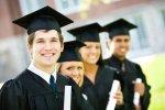 uczniowie w togach i czapkach